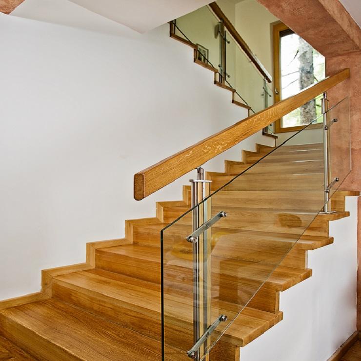 Geländer und Glasvordächer